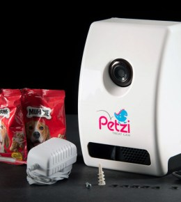Petzi Treat Dispenser with Camera