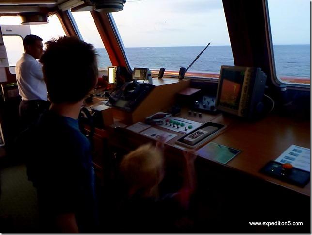 Les enfants visitent avec plaisir la passerelle de pilotage de l'Isabella II -  Galapagos, Equateur.