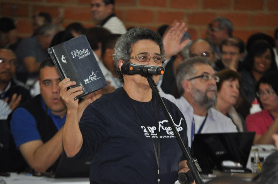 No cenáculo entrega edição especial da Bíblia Sagrada para conciliares