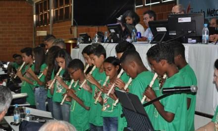 Crianças do projeto sombra e água fresca se apresentam no Concílio Geral