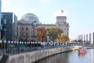 Oito mil balões brancos foram dispostos em uma linha de 15 quilômetros onde havia o Muro de BerlimGiselle Garcia/Agência Brasil