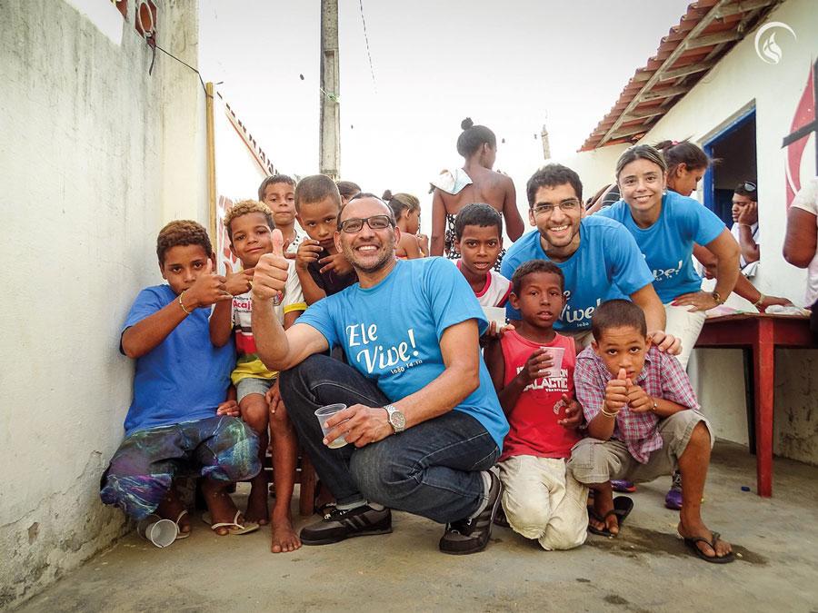 Crianças e adolescentes com os/as missionários/as.