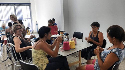 Projeto Mãos Acolhedoras oferece aulas gratuitas de crochê em Assis (SP)