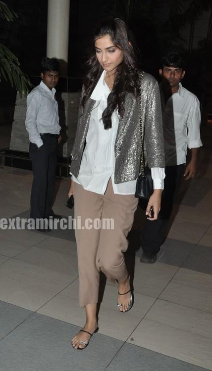 Sonam-Kapoor-returns-from-IHLS-Ahmedabad-Promotions-2.jpg
