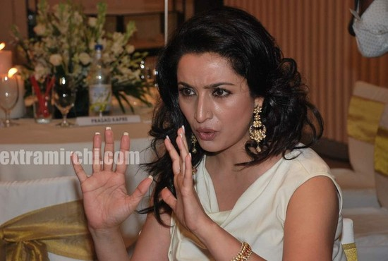 Tisca-Chopra-at-Gemfields-Retial-Jeweller-India-awards-9.jpg