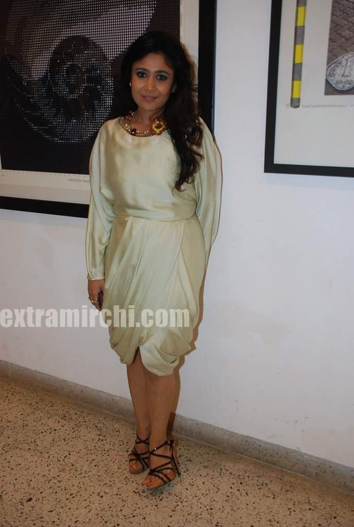 Mandira-Bedi-at-Priyasri-Patodia-art-exhibition.jpg
