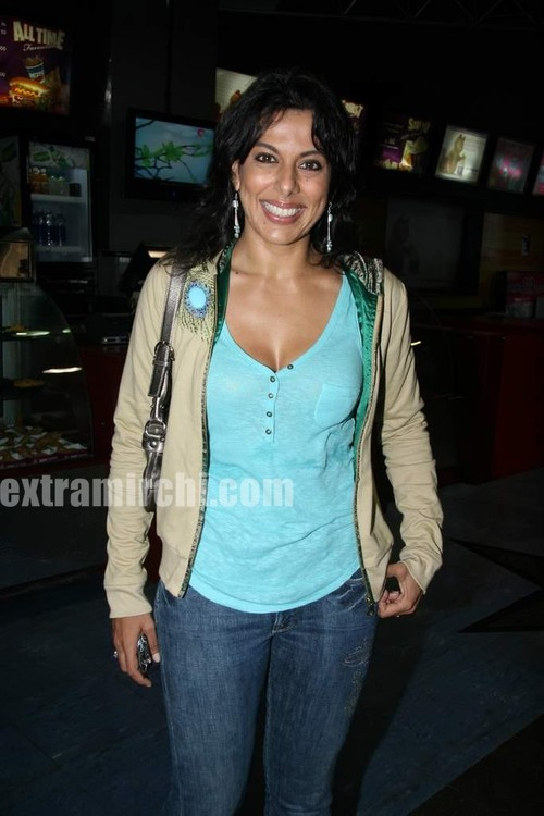 Pooja-bedi-at-Premiere-of-of-Knight-and-Day.jpg