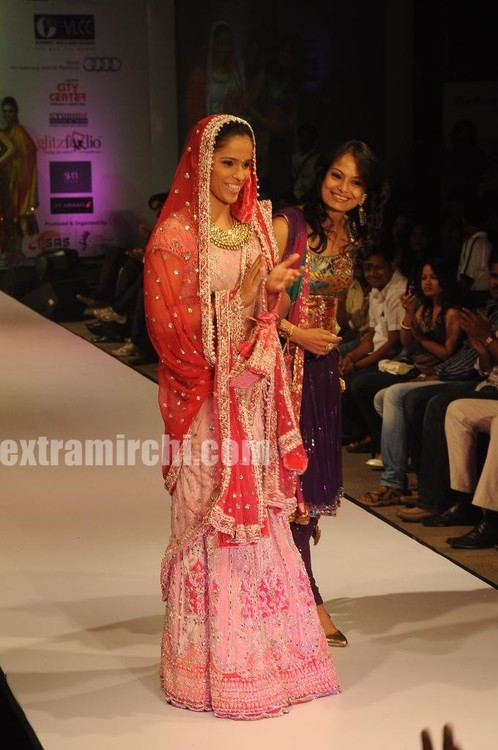 Saina-Nehwal-turned-traditional-showstopper-in-style-when-she-walked-ramp-for-Pallavi-Jaipur-at-Hyderabd-Fashion-Week.jpg
