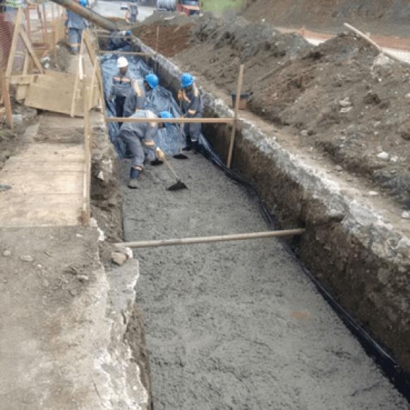 Projeto, fornecimento, montagem e execução de estruturas de concreto e metálica de uma nova portaria, reforma da área de apoio aos caminhoneiros, tratamento de esgoto e adequação do arruamento do pátio de manobras. 2015 - Cajati / SP