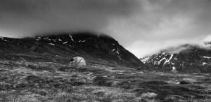 Charly Massa sort du camp, situé sur le bord d'un fjord
