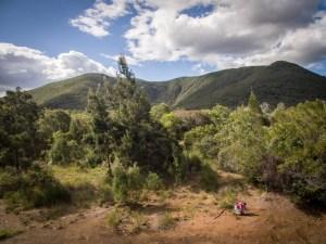 Camille Pasquet echantillonne un sol en Nouvelle Caledonie