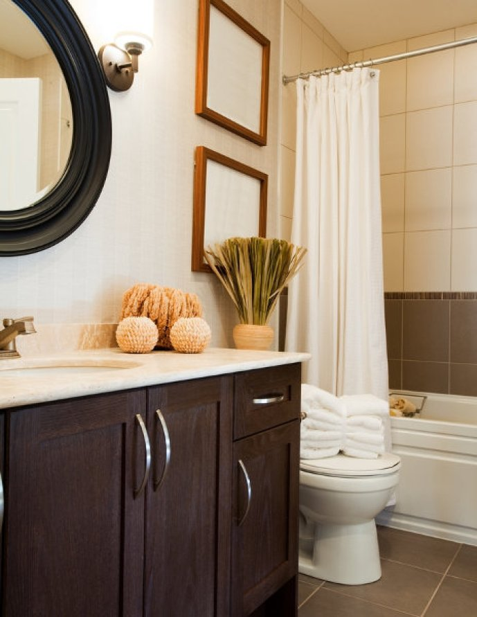 Interesting tile ideas for the small bathroom for Two tone bathroom accessories