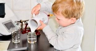 enfant qui verse de l'eau