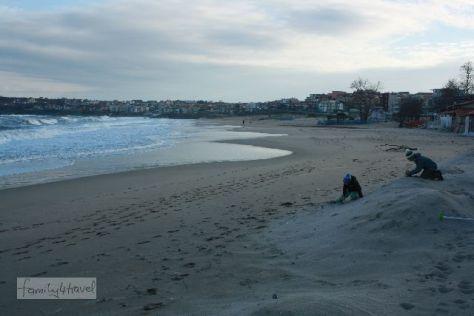 Im Winter ist es am Schwarzen Meer eiskalt, aber dafür haben die Jungs den Strand von Sozopol ganz für sich allein.