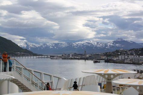 Wer Luft zum Atmen braucht, geht einfach an Deck. Auf der Nordland-Fahrt ist da immer Platz genug (hier bei der Ausfahrt aus Tromsö).