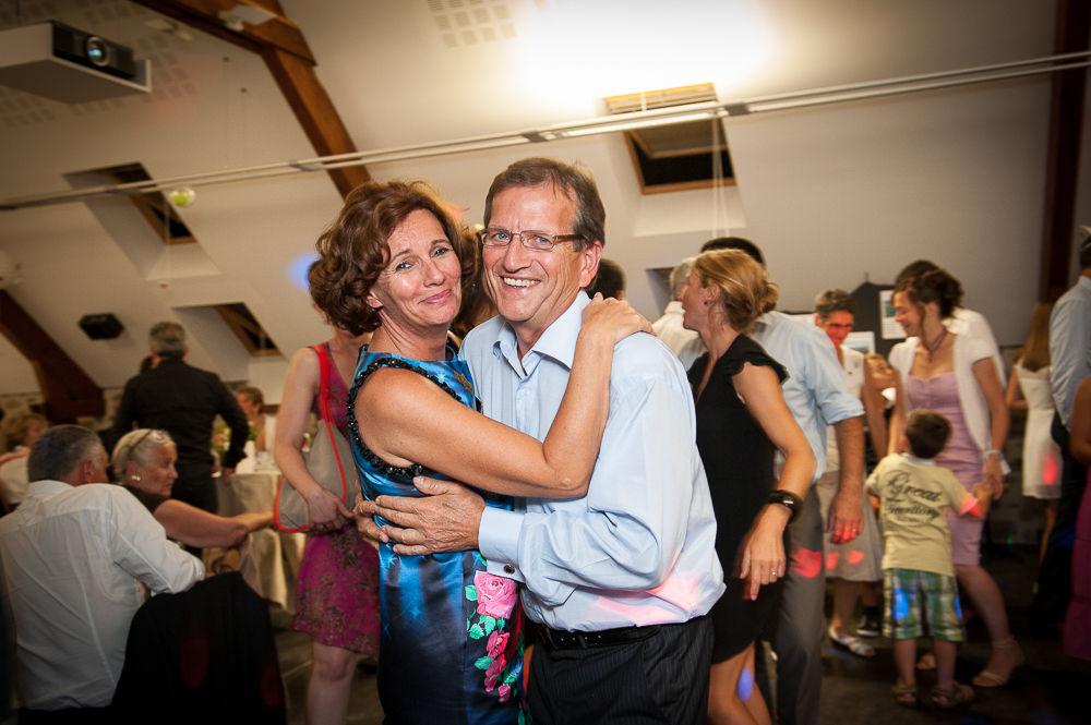Les parents et proches dansent pendant le bal du mariage au manoir de veygoux.