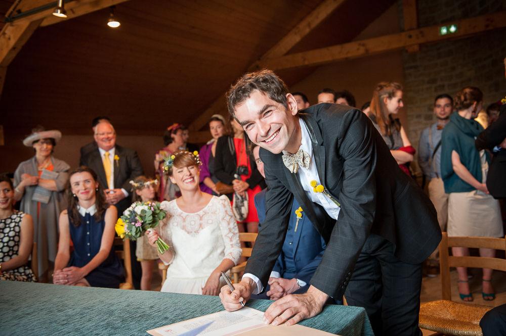 Signature d'un témoin lors d'un mariage à la mairie de chanac.