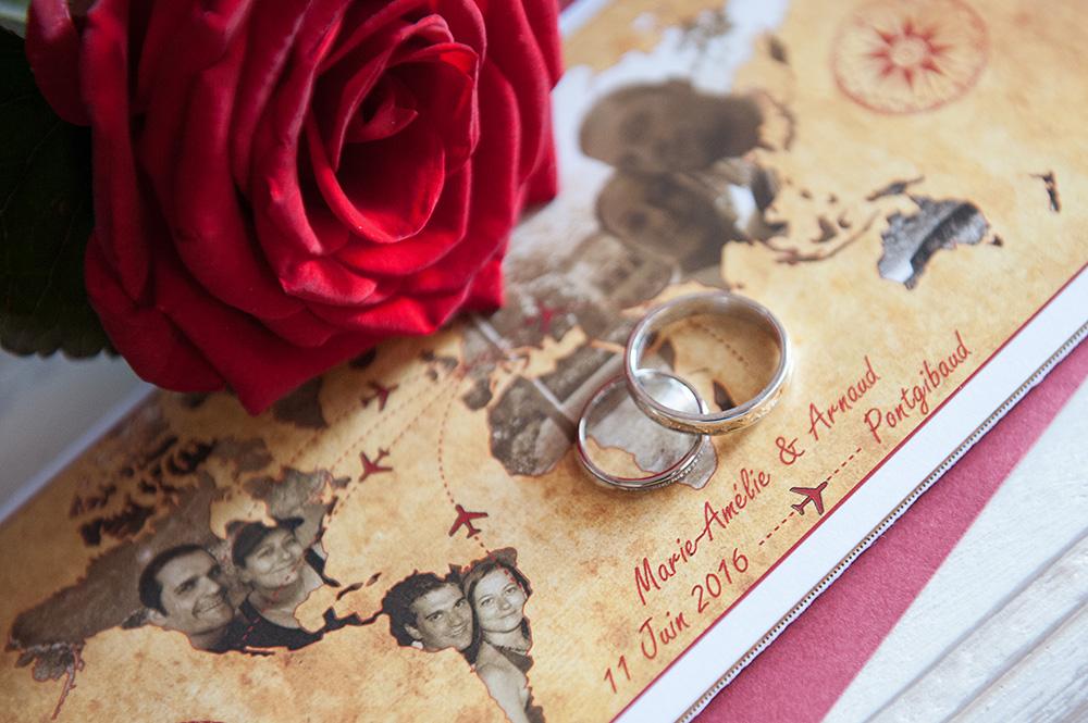Photographie des alliances sur le faire-part des mariés.