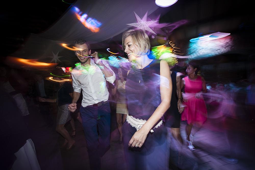 Photographie professionnelle d'une soiree dansante de mariage avec un effet de vitesse, originale et osée. Mariage au domaine de la tour de rochefort à st yvoine 63.