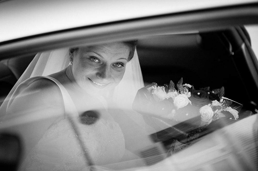 L'arrivée de la mariée à la mairie de cournon : regard à travers la vitre de la voiture.