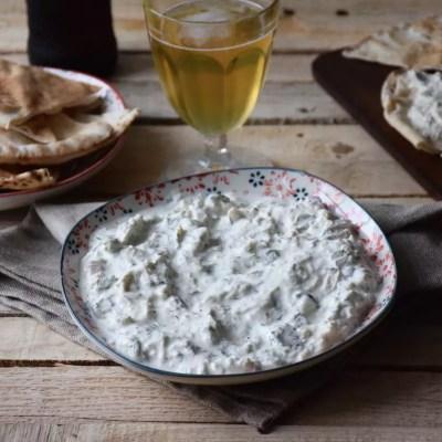 Mon mezze préféré – Tavuk salata (genre de tzatziki au poulet et aux cornichons)
