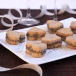 Sablés cumin-parmesan fourrés fromage frais-pavot