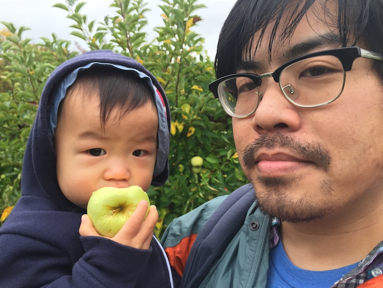 miles eating apple with daddy