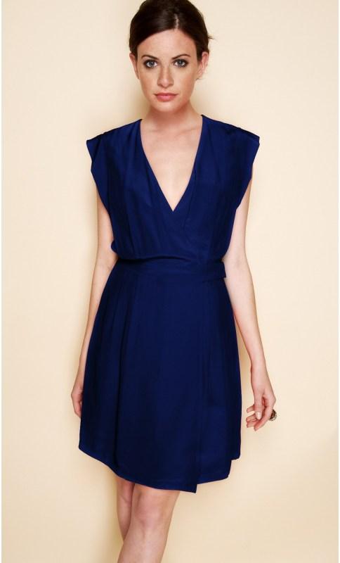 Quels bijoux vont avec une robe bleue