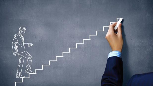executivo-subindo-escada