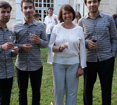Les musiciens avec Madame Cochran proprietaire