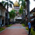 La rue et la mosquée dans le fond