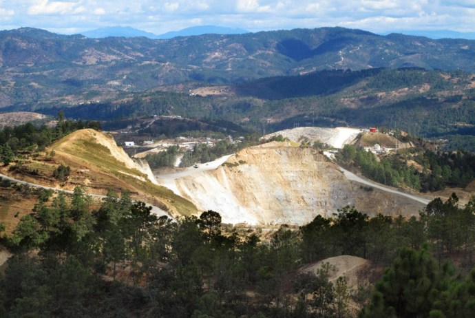 Det kanadiske gruvelselskapet GoldCorp Inc eier Marlingruven i Guatemala. Driften av Marlingruven har ført til alvorlige brudd på retten til mat for lokalbefolkningen, og forurenset både luft og drikkevann. Oljefondet har investert nærmere 273 millioner kroner i GoldCorp Inc.