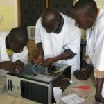Une usine d'assemblage d'ordinateurs au Cameroun