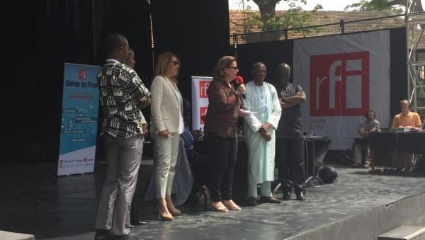 Claire Hédon, présentatrice de l'émission «Priorité santé» et Marie-Christine Saragosse, PDG de France Médias Monde, lors de la remise du prix RFI Challenge App Afrique à Cheick Oumar Bagayoko. Dakar, le 24 mai 2016.