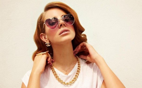 lana-del-rey-girl-glasses-jewerly-hands-1840185247