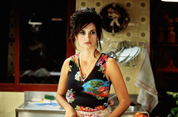 volver-2006-002-penelope-cruz-medium-shot-chopping