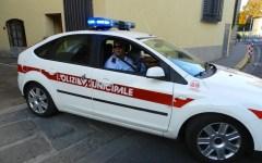 Senegalese prende a pugni e calci due vigili urbani
