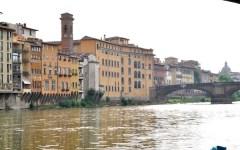 Firenze, turista cade in Arno dal Ponte Santa Trinita: un marocchino si tuffa e lo salva