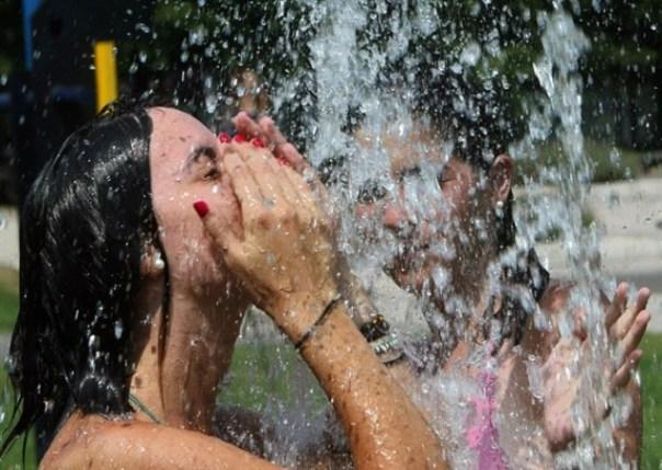 Contro il caldo africano ci si difende soltanto facendo il bagno nelle fontane