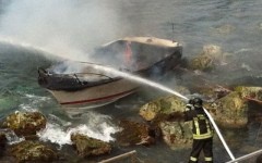 Incendio distrugge una barca in Arno, salva donna