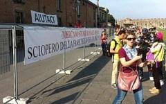 I bancarellai di Pisa non vogliono lasciare l'area del Duomo
