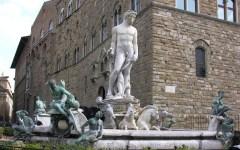 Firenze: tenta tuffo nella fontana del Nettuno, bloccato dai vigili