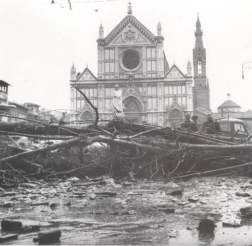 Alluvione_di_Firenze_piazza Santa Croce (PD, 1966, Italia)