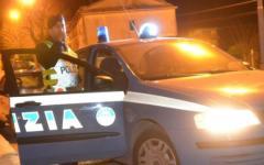 Ubriaco al volante, sperona auto della polizia e travolge scooterista