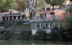 Firenze, Renzi presenzia alla demolizione delle strutture in riva all'Arno