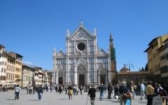 Muore in centro a Firenze, corpo sul marciapiede per un'ora