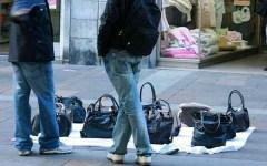 Firenze, controlli anti abusivi a Pasqua: 68 sequestri, quasi 3 mila oggetti requisiti