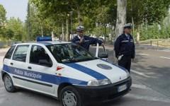Abbandona rifiuti per strada, multa da 600 euro