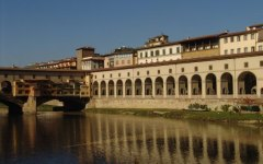 Firenze: il direttore degli Uffizi, il tedesco Schmidt, vuole aprire il Vasariano a tutti. Ma lo storico Corridoio che attraversa l'Arno può...