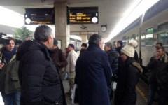 Rossi in treno con i pendolari a Pistoia, tra soppressioni e ritardi